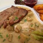 Rostbraten-gebraten-mit-Pilzsauce-und-Rösti